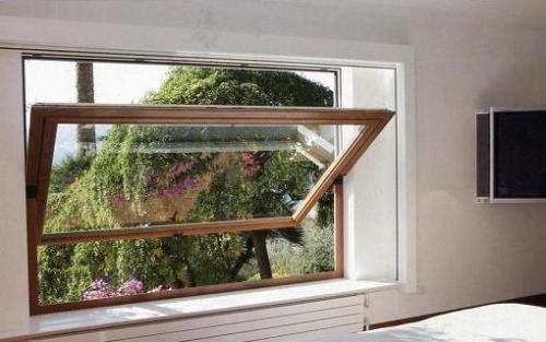 В среднеподвесных окнах рама открывается на 180 градусов в центре окна